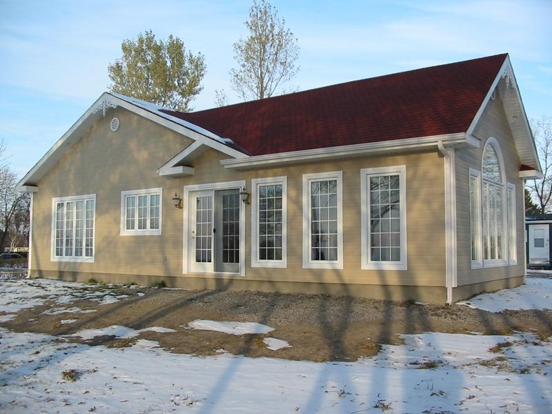 Installations de portes et fenêtres sur un maison au Saguenay-Lac-St-Jean, projet de fenêtres à battant PVC et fenêtre hybride auvent
