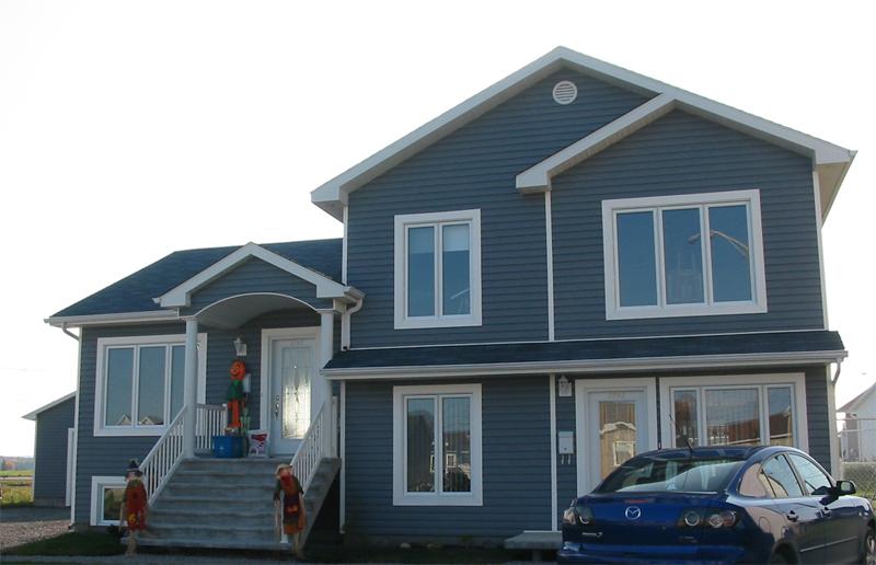 Installation de fenêtres et portes au Saguenay sur une maison neuve